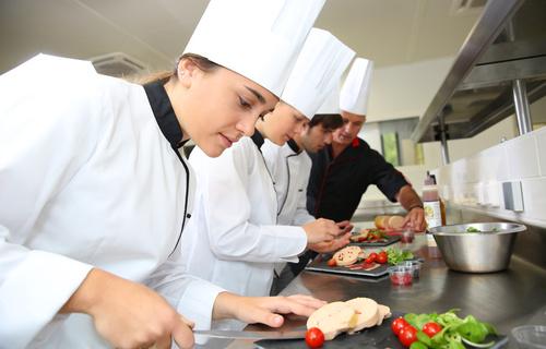 Köchin bei der arbeit  Ausbildung Koch/Köchin beim Top Ausbilder| azubis.de